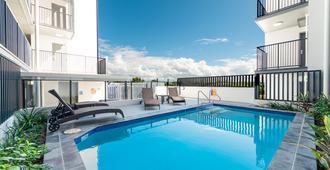 太平洋沙滩率真酒店 - 麦凯 - 游泳池