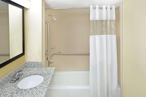 哥伦布北本宁堡戴斯酒店 - 哥伦布 - 浴室