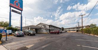 德克萨斯圣安东尼奥 - 山姆休斯顿堡区 6 号汽车旅馆 - 圣安东尼奥 - 建筑