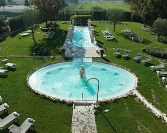萨露塞德尔泰尔梅皮安耶塔贝南西雷大酒店 - 维泰博 - 游泳池