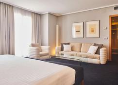 西尔肯阿方索十世酒店 - 雷阿尔城 - 睡房