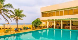 杰特威滨海酒店 - 尼甘布 - 游泳池