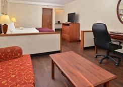 印第奥I-10品质套房酒店 - 印地欧 - 睡房