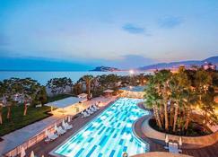 拉布兰达艾蓝图尔度假村 - 式 - 阿拉尼亚 - 游泳池