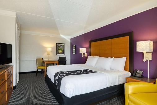 拉昆塔酒店加巴吞鲁日齐根莱恩套房 - 巴吞鲁日 - 睡房
