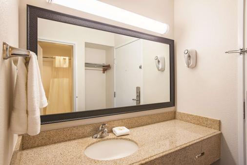 拉昆塔酒店加巴吞鲁日齐根莱恩套房 - 巴吞鲁日 - 浴室