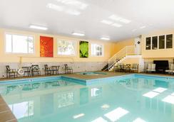 凯富套房酒店 - 阿什兰 - 游泳池