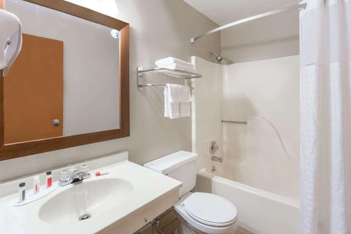 爱荷华珊瑚村速8酒店 - 珊瑚村 - 浴室