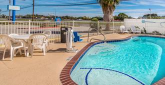 得克萨斯北部圣马可 6 号汽车旅馆 - 圣马科斯 - 游泳池