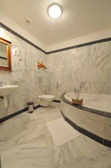 布里奥尼精品4酒店 - 俄斯特拉发 - 浴室