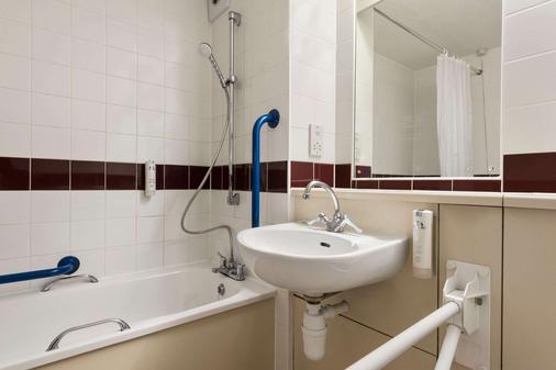 格雷特纳格林M74戴斯酒店 - 格雷纳 - 浴室