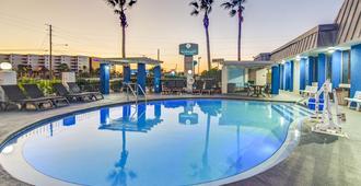 翡翠海岸套房酒店 - 沃尔顿堡滩 - 游泳池