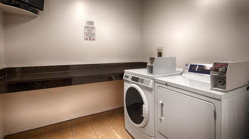 贝斯特韦斯特布莱尔莫尔酒店 - 萨斯卡通 - 洗衣设备