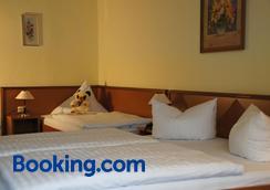 湖景酒店及旅馆 - 屈赫隆斯博尔恩 - 睡房