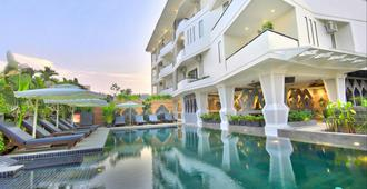 中央套房酒店 - 暹粒 - 游泳池