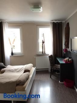 善满安顿酒店 - 科隆 - 睡房