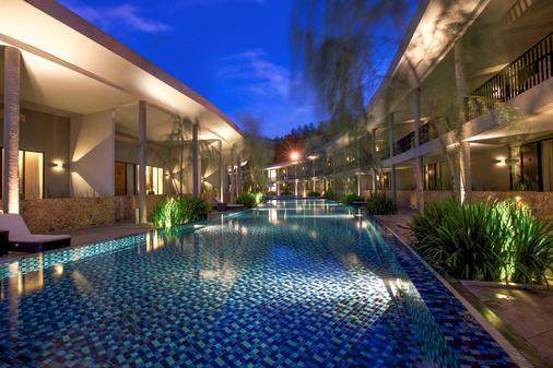 新绿翡翠仙图市酒店 - 茂物 - 游泳池