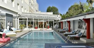 阿尔勒广场酒店 - 阿尔勒 - 游泳池