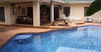 12 Fleetwood Lodge - 哈拉雷 - 游泳池