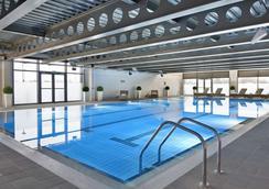 爱丁堡城市村庄度假酒店 - 爱丁堡 - 游泳池