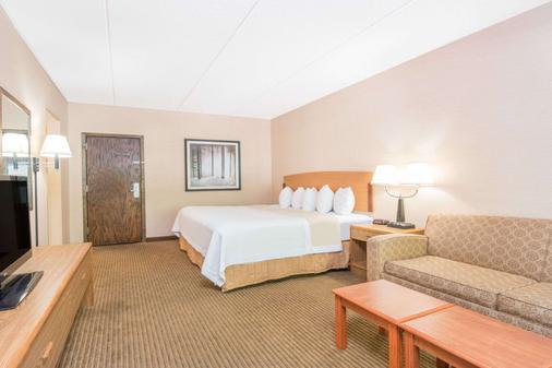 德卢斯湖畔漫步戴斯酒店 - 德卢斯 - 睡房