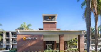 奥兰治郡机场温德姆拉昆塔套房酒店 - 圣安娜 - 建筑