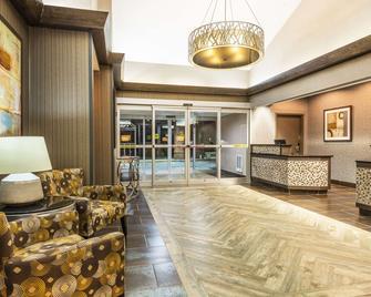 科普莱阿克伦温德姆速 8 酒店 - 亚克朗 - 大厅