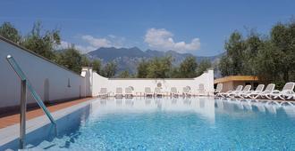 阿莱西住宅酒店 - 马尔切西内 - 游泳池