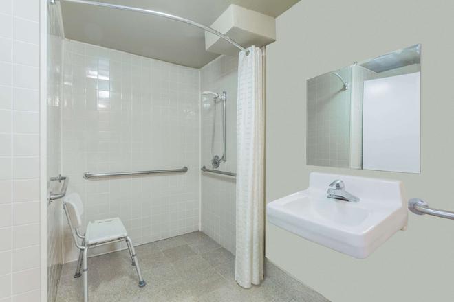 亚特兰大东北速8酒店 - 亚特兰大 - 浴室