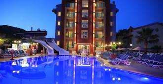 阿尔皮纳俱乐部公寓酒店 - 马尔马里斯 - 游泳池