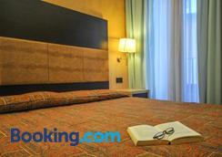 因里奇塔酒店 - 代森扎诺-德尔加达 - 睡房