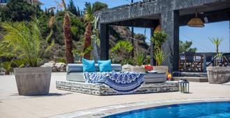 安诺坎珀斯一室公寓酒店 - 法里拉基 - 游泳池