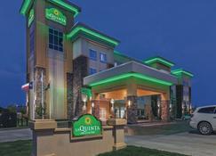 威奇托福尔斯密歇根州立大学区温德姆拉昆塔套房酒店 - 威奇托福尔斯 - 建筑