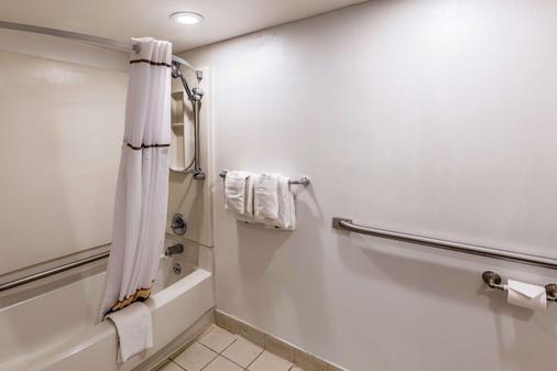 大学质量酒店 - 兰辛 - 浴室