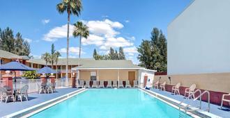 迈尔斯堡豪生国际酒店 - 迈尔斯堡 - 游泳池