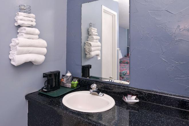 布兰森美洲佳价套房酒店-近大道 - 布兰森 - 浴室
