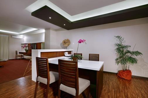 登巴萨圣探索酒店 - 库塔 - 餐厅
