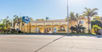 科洛尼尔泳池&Spa汽车旅馆 - 长滩 - 建筑