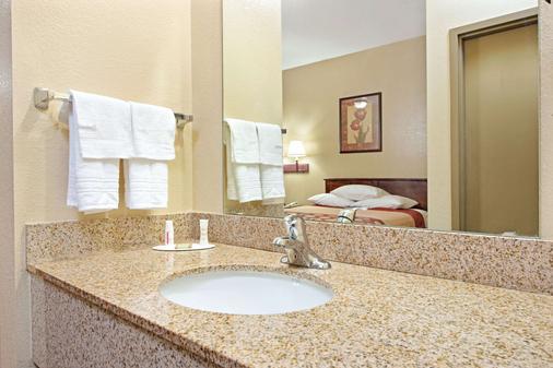 圣路易斯机场速8酒店 - 圣路易斯 - 浴室