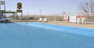 小岩城北机场温德姆速 8 酒店 - 北小石城 - 游泳池