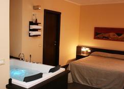 巴罗尼2号公寓酒店 - 特罗佩阿 - 睡房
