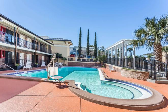 彭沙科拉-历史市中心戴斯酒店 - 彭萨科拉 - 游泳池