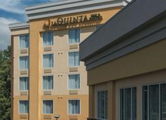 林奇堡自由大学温德姆拉昆塔套房酒店 - 林奇堡 - 建筑