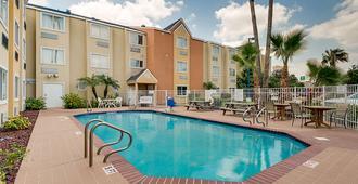 Motel 6 Mcallen - East - 麦卡伦 - 游泳池