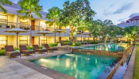 阿玛迪别墅度假村 - 库塔 - 游泳池