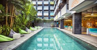 水明漾提吉里酒店 - 库塔 - 游泳池