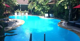 库塔秘密花园酒店 - 库塔 - 游泳池