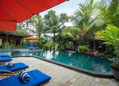 海神庙纳特雅酒店 - 塔巴南 - 游泳池