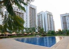 克雷斯特行政套房酒店 - 班加罗尔 - 游泳池