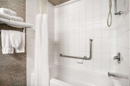 卡尔加里机场戴斯酒店 - 卡尔加里 - 浴室